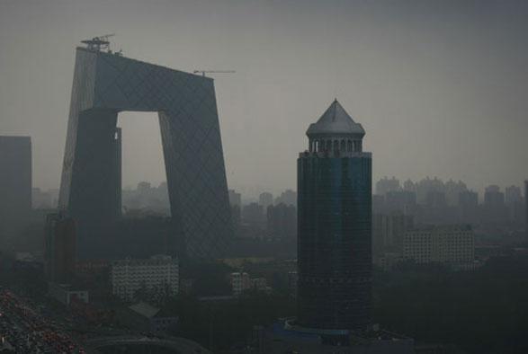 Il nuovissimo quartier generale della televisione di Stato cinese domina e nobilita lo skyline di Pechino. Il grattacielo sghembo, torto e ripiegato su se stesso, disegnato dall'olandese Ole Scheeren, partner dell'architetto cult Rem Koolhaas nello studio Oma, è già entrato di diritto tra i grandi edifici del Terzo Millennio