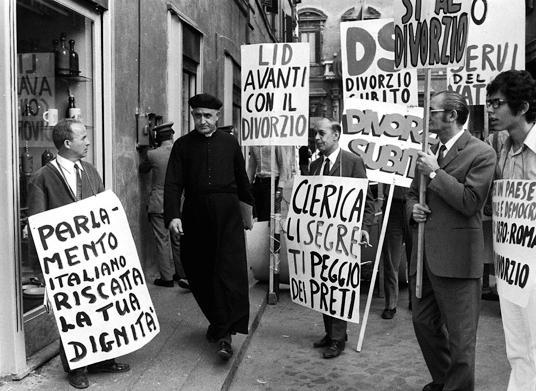Manifestazione davanti a Montecitorio prima del referendum sul divorzio, anni Settanta