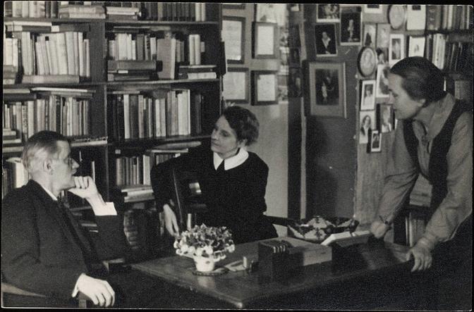 Sylvia Beach con James Joyce e Adrienne  Monnier alla libreria di Rue de l'Odéon, nel 1920. Nel  1922 la Shakespeare and Company di Sylvia Beach pubblicò la prima edizione dell'«Ulysses».