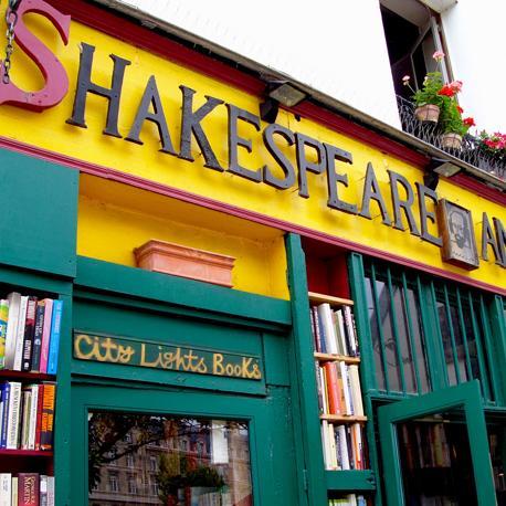 L'ingresso della libreria, anch'esso coperto di volumi