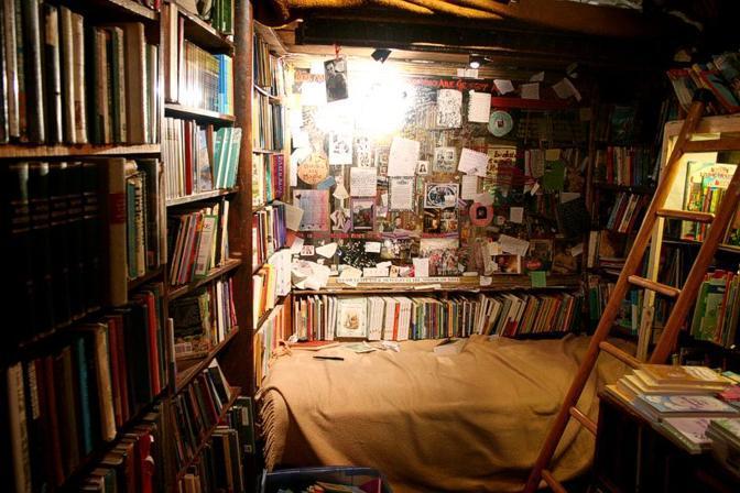 La libreria restava aperta fino a tardi, commessi e aiutanti, scrittori e aspiranti tali vivevano -per periodi brevi o lunghi- letteralmente tra i libri