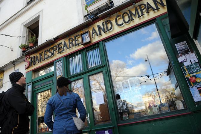 La libreria Shakespeare and Company di Parigi, chiusa, nel giorno della morte del proprietario George Whitman