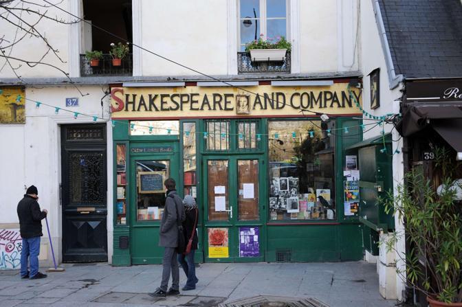 La libreria Shakespeare and Company di Parigi, chiusa, nel giorno della morte del proprietario George Whitman, il 14 dicembre 2011