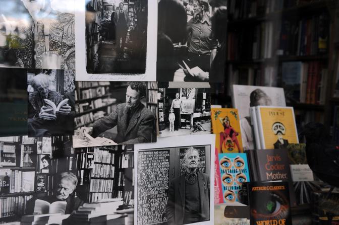 Uno scorcio degli interni della libreria Shakespeare and Company: libri in vendita e memorie in esposizione
