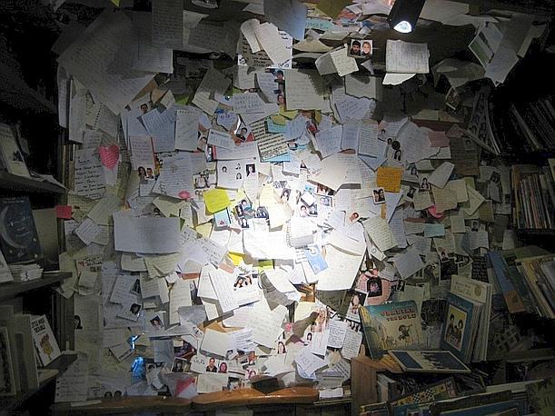 """Intorno a George Whitman e alla sua libreria, negli anni, si è creato uno spontaneo """"social network"""" ante litteram. Nella foto, la partecipazione all'invito «lasciate un messaggio sopra lo specchio» (dal blog"""