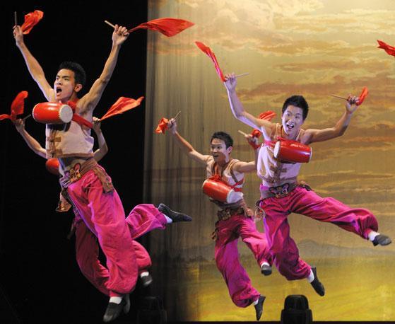 Acrobati della compagnia Zhejiang