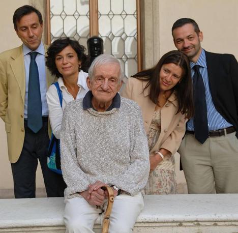 Carlo Fruttero con gli altri quattro finalisti del premio Campiello nel 2007 (Ansa)