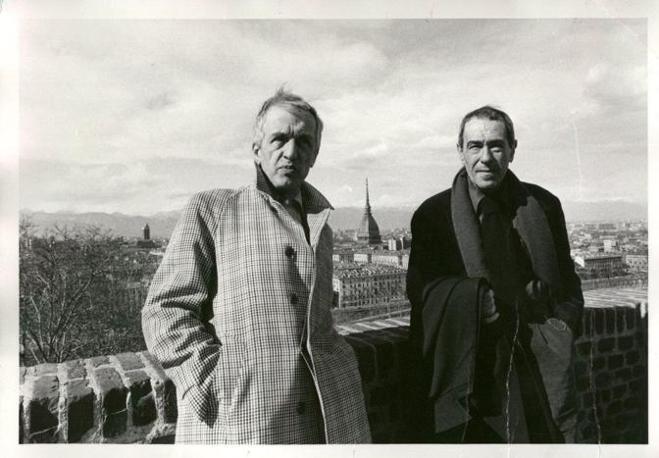 Il nome di Fruttero è legato a quello di Franco Lucentini, con cui diede vita dal 1952 al celebre sodalizio artistico di giallisti noto anche come F&L o «la ditta». In una foto insieme  (Agosti)