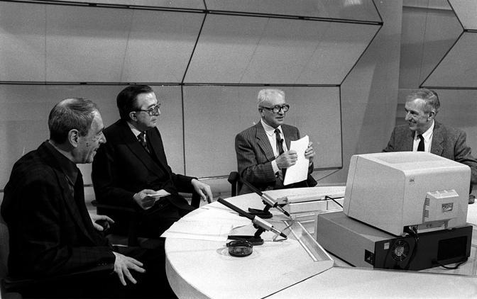 Una foto datata 1986 scattata durante la trasmissione TV Punto 7 da sinistra Franco Lucentini Giulio Andreotti Arrigo Levi e Carlo Fruttero (Ansa)