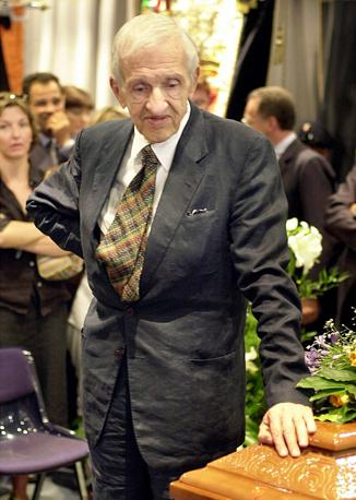 Fruttero saluta l'amico di sempre Lucentini al suo funerale nel 2002 (Ansa)