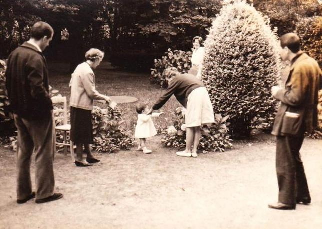 Carlo Fruttero nella casa di Roccamare con la figlia Carlotta, la moglie, la suocera e la tata (Archivio Corriere della Sera)