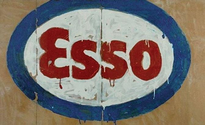 Il logo della benzina Esso dipinto da Mario Schifano