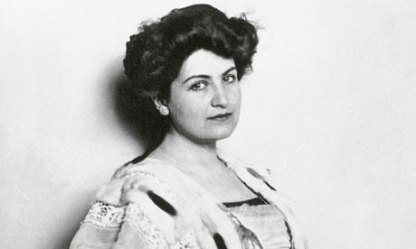 Alma Mahler, figliastra del pittore Carl Moll. Klimt si infatuò della diciassettenne Alma (che poi avrebbe sposato Mahler, Gropius e Werfel) e decise di rapirla, ma desistette per non perdere l?amicizia di Moll