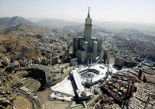 La Makkah Clock Royal Tower a ridosso della Grande Moschea (foto Reuters/A. Awad)
