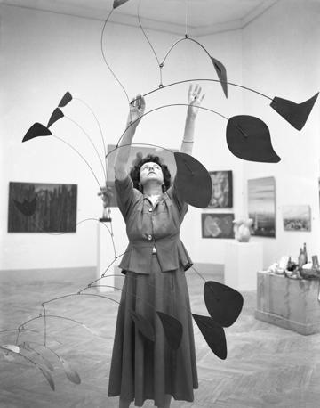 Peggy Guggenheim nel padiglione greco della XXIV Biennale di Venezia, dove espone la sua collezione, mentre sistema
