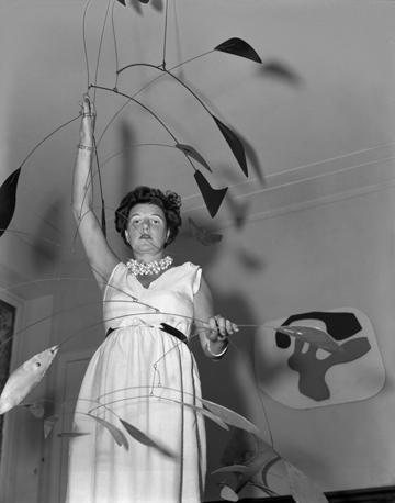 Peggy Guggenheim a Palazzo Venier dei Leoni con Arco di petali (1941) di Alexander Calder; alle sue spalle