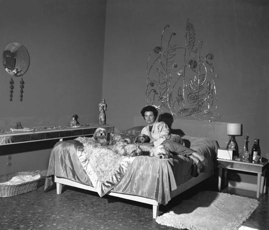 Peggy Guggenheim nella sua camera da letto a Palazzo Venier dei Leoni con alle spalle la