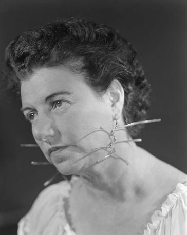 Peggy Guggenheim con gli orecchini realizzati per lei da Alexander Calder; anni '50