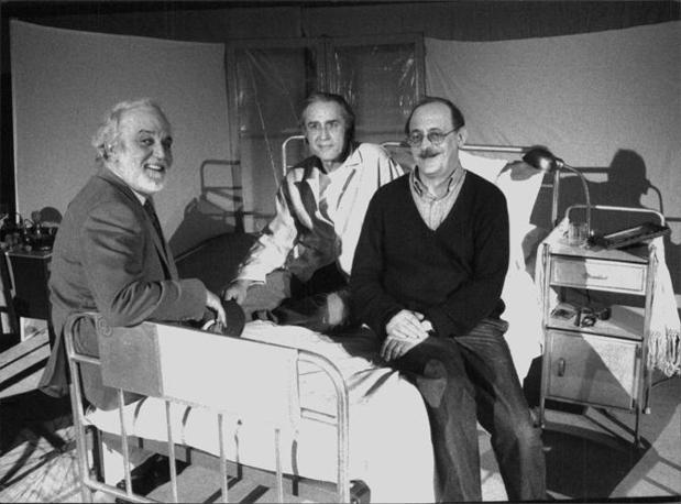 """Lamberto Puggelli, Giancarlo Dettori e Antonio Tabucchi, Piccolo Teatro di Milano stagione 1995/1996 """"Gli ultimi giorni di Fernando Pessoa"""" (Luigi Ciminaghi)"""