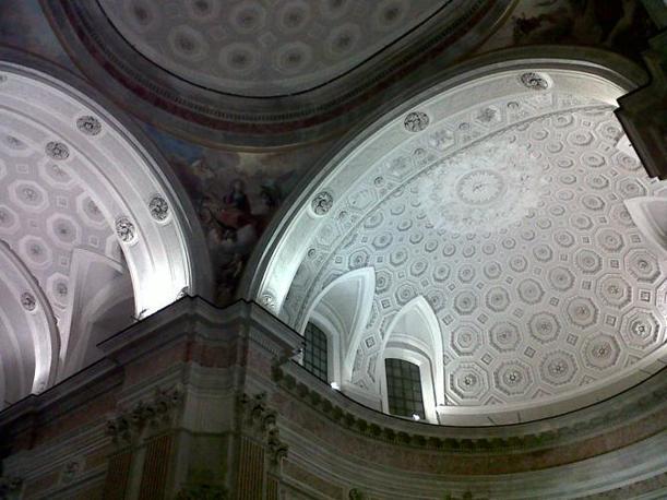 A Napoli il mese di maggio è dedicato alla riscoperta dei luoghi storici ed artistici. Sono dodici gli itinerari messi a punto quest'anno, con eventi musicali e teatrali, installazioni e visite guidate gratuite. Nella foto, la Basilica di San Giovanni Maggiore