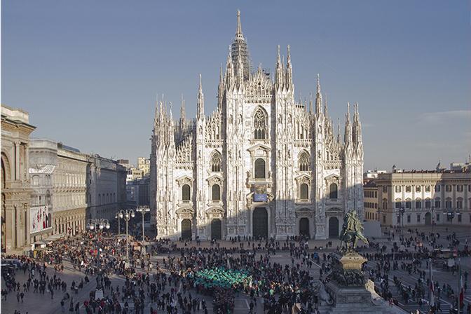 L'albero umano in piazza Duomo a Milano: era il 2011, l'obiettivo era rivendicare il diritto ad un'aria migliore.