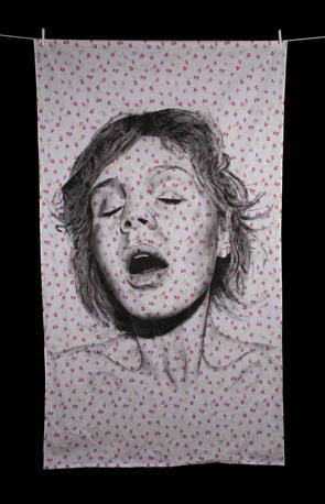 """Volti di uomini e donne sorpresi nel momento dell'estasi e ritratti su lenzuola di cotone poi stese al sole. � l'opera dell'artista argentino Diego Beyr�, ex pubblicitario per conto di Benetton, nella sua serie intitolata """"Orgasmi"""" (diegobeyro.com)"""