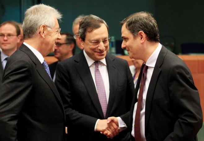 Si è svolta a Bruxelles la riunione dell'Eurogruppo, il vertice dei ministri economici dei Paesi dell'aera euro. In discussione il futuro della Grecia. Nella foto, il greco Sachinidis con Mario Draghi e Mario Monti (Ansa)