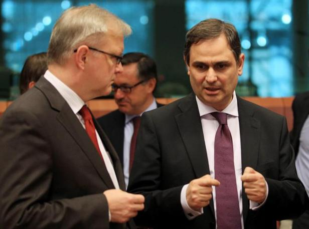 Il ministro greco con il commissario agli affari economici della Commissione Ue, Olli Rehn (Ansa)
