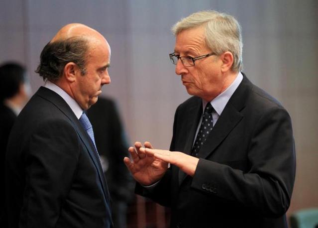 Juncker e il ministro spagnolo Luis de Guindos  (Ansa)