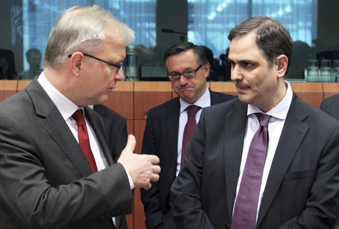 Olli Rehn e Philippos Sachinidis (Reuters)