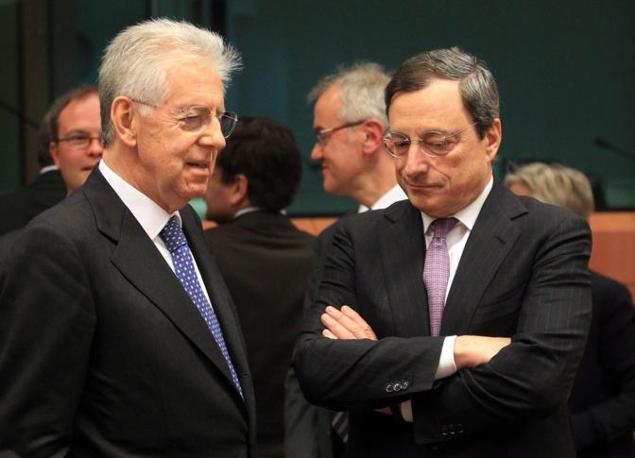 Mario Monti e il presidente della Bce Mario Draghi discutono a margine del vertice  (Ansa)