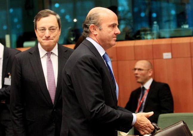 Il ministro spagnolo De Guindos e Mario Monti (Ansa)