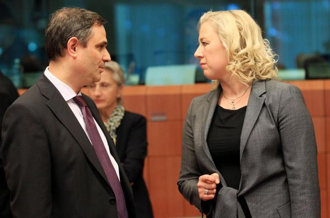 Sachinidis  con il ministro finlandese Jutta Urpilainen (Ansa)