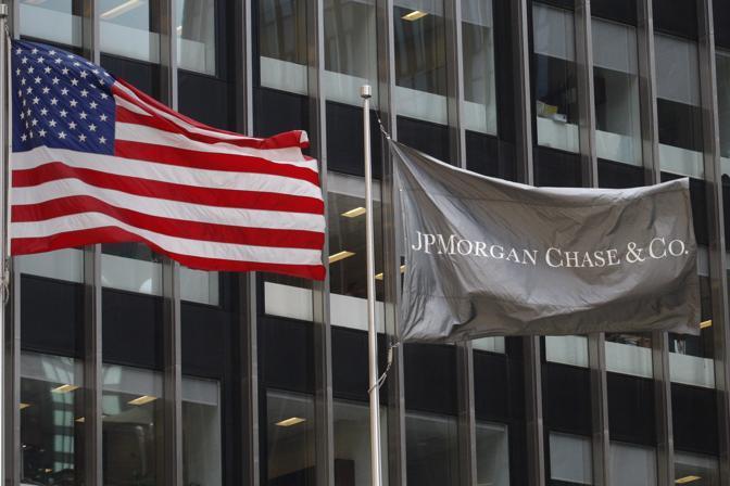 Le bandiere esposte davanti al quartier generale di Jp Morgan a Manhattan. La banca americana ha annunciato perdite per 2 miliardi di dollari per «strategie sbagliate di investimento» (Reuters)