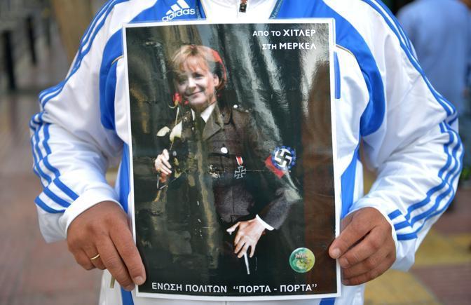 Angela Merkel in visita ad Atene per incontrare il premier Antonis Samaras e il presidente Carolis Papoulias.  La polizia ha vietato le manifestazioni di protesta nel centro di Atene e ha schierato 7.000 agenti (Hanschke/dpa/Corbis)