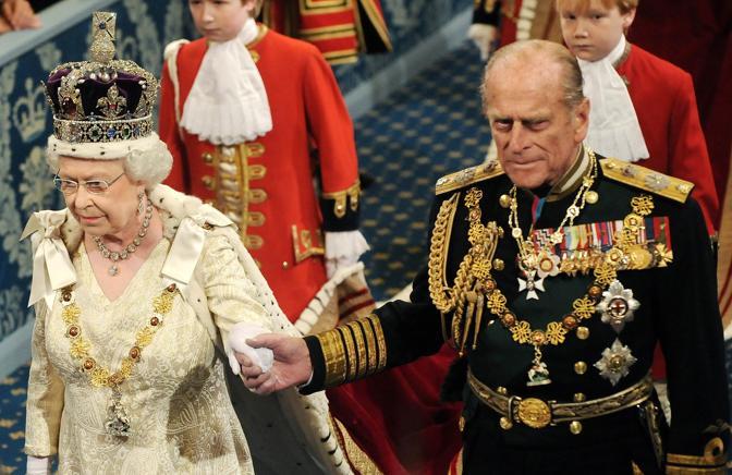 La regina Elisabetta e il principe Filippo (Reuters)