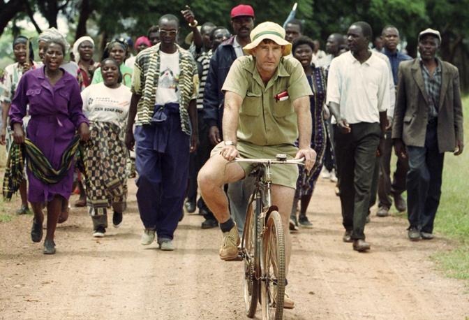 Aprile 2000: un agricoltore bianco dello Zimbabwe cacciato dalla sua proprietà da un gruppo di sostenitori di Robert Mugabe e veterani della guerra civile tra bianchi e neri degli anni '70 (Howard Burditt/Reuters)