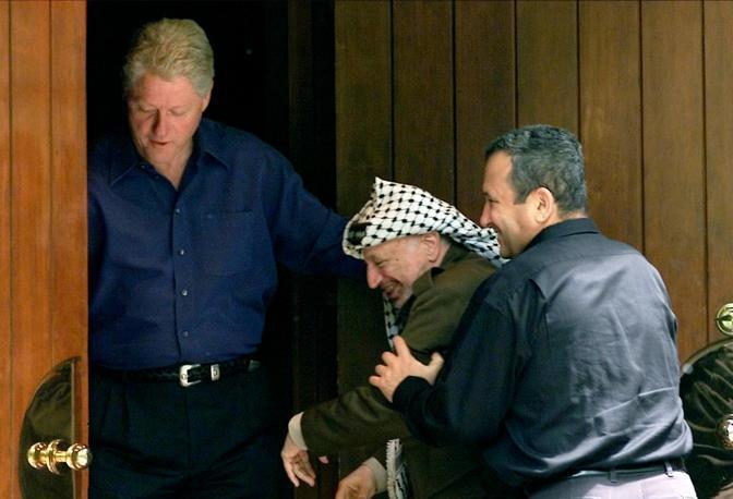 Un decennio raccontato per immagini: l'agenzia Reuters ha selezionato alcuni degli scatti più significativi degli avvenimenti mondiali dal 2000 a oggi. Nella foto il primo ministro israeliano Ehud Barak scherza con il leader palestinese Yasser Arafat davanti al presidente americano Bill Clinton a Camp David, nel Maryland, a luglio 2000 (Win McNamee/Reuters)