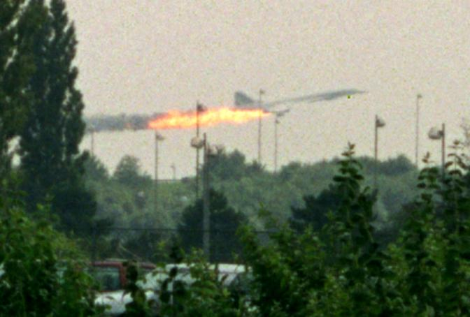 Luglio 2000: un Concorde dell'Air France prende fuoco poco dopo il decollo, vicino all'aeroporto parigino di Roissy. Nello schianto sono morte 113 persone (Andras Kisgergely/Reuters)