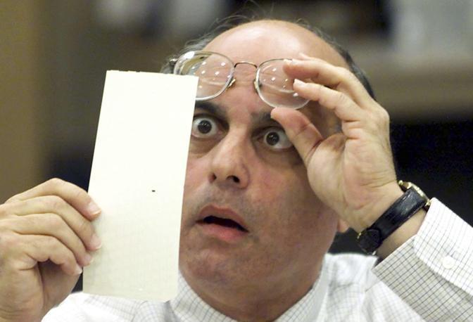 Novembre 2000: il giudice Robert Rosenberg controlla i risultati parziali delle elezioni presidenziali americane. Gli sfidanti: George W. Bush e Al Gore (Colin Braley/Reuters)