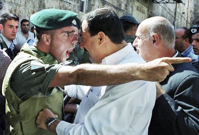 Ottobre 2000: faccia a faccia tra un soldato israeliano e un palestinese nella città vecchia di Gerusalemme (Amit Shabi/Reuters)