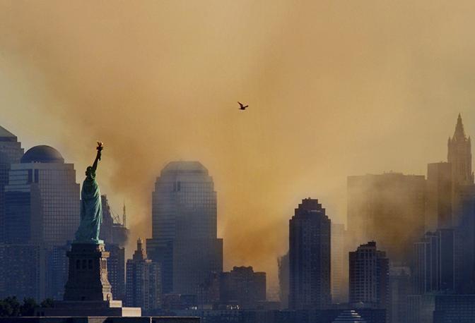 12 settembre 2001: fumo su Ground Zero dopo l'attentato al World Trade Center (Ray Stubblebine/Reuters)