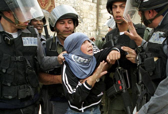 Aprile 2001: un giovanissimo palestinese arrestato dalla polizia israeliana nella città vecchia di Gerusalemme (Evelyn Hockstein/Reuters)