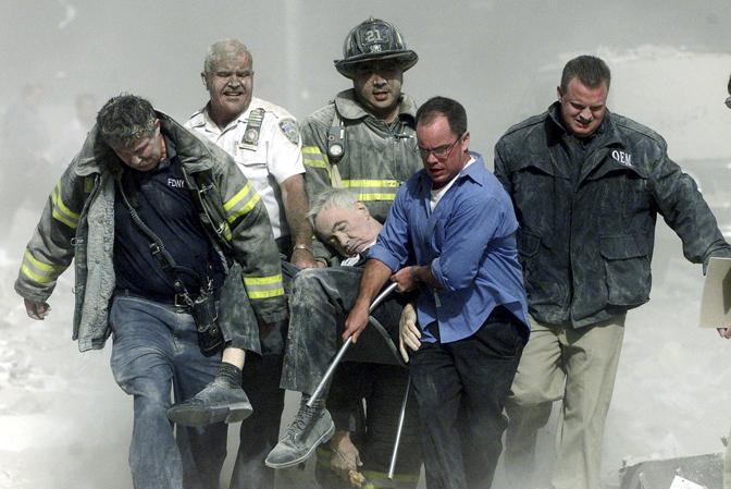 11 settembre 2001: soccorritori al lavoro dopo l'attentato al World Trade Center a New York. Le vittime sono state 2.974, più i 19 dirottatori (Shannon Stapleton/Reuters)