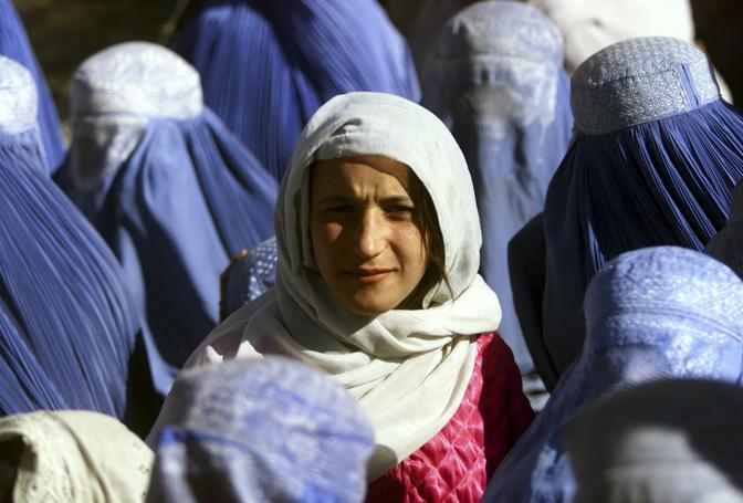 Novembre 2001: una giovane afgana mostra il proprio volto in pubblico per la prima volta dopo 5 anni, da quando cioè i talebani hanno imposto la legge della Sharia a Kabul (Yannis Behrakis/Reuters)