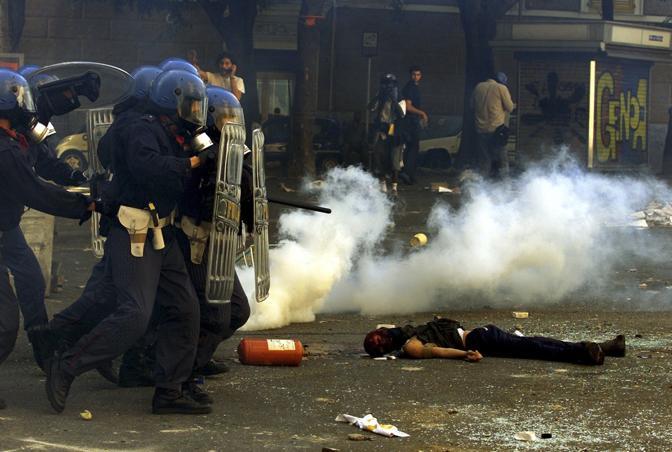 Luglio 2001: il corpo di Carlo Giuliani a terra durante il G8 di Genova (Dylan Martinez/Reuters)
