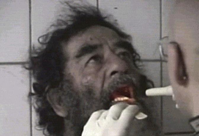 Dicembre 2003: l'ex presidente iracheno Saddam Hussein filmato dopo la sua cattura da parte delle truppe americane in un rifugio vicino a Tikrit (Reuters)