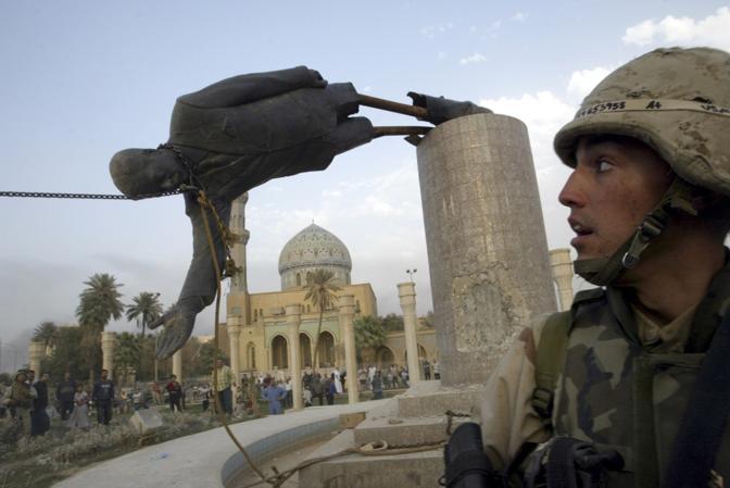 Aprile 2003: l'abbattimento della statua di Saddam Hussein nel centro di Bagdad (Goran Tomasevic/Reuters)