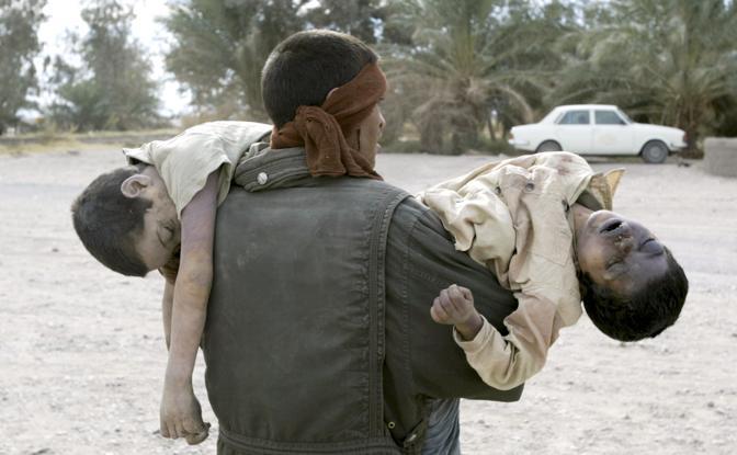 Dicembre 2003: i corpi di due bambini morti per il terremoto a Bam, in Iran. Le vittime sono state 20mila (Caren Firouz/Reuters)