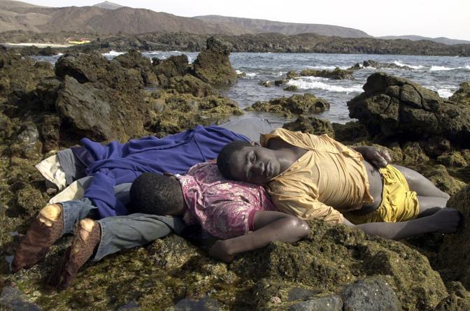 Agosto 2003: immigrati africani approdati dal Marocco sulle coste di Fuerteventura, nelle isole Canarie (Juan Medina/Reuters)